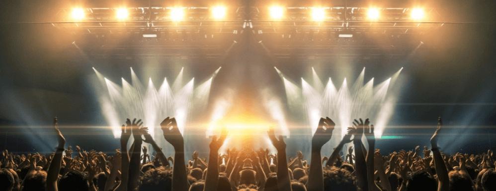 Handen in de lucht bij podium